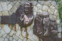 石墙上残缺的佛像雕刻