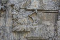 壁雕古代男人用锤锻打铁器