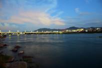 大河上的桥梁远景