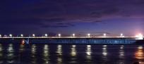 大桥上的灯光与水面倒影