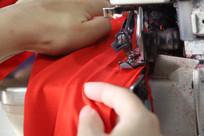 工人正在车衣服