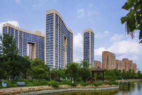 辽宁科技大学校园湖与宿舍楼