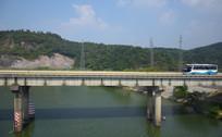 绿色河流上的高速路桥