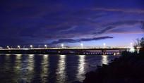 桥梁灯光与河面倒影