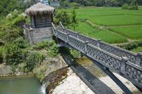 青砖拱桥和茅草屋