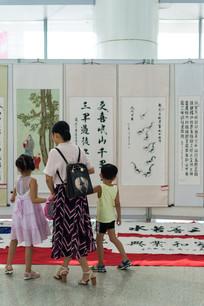 家人在欣赏中国传统书画