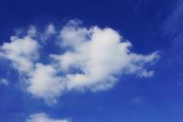 蓝色天空漂浮的白云