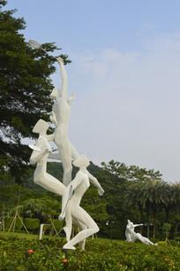 草坪上的羽毛球运动员雕塑