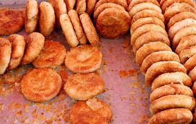 食品盘中的酥皮蜜饼