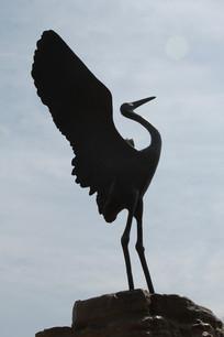 铜雕起飞的丹顶鹤
