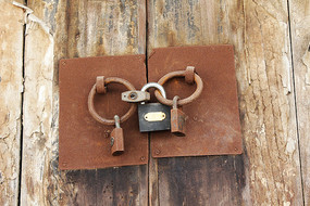 挂满铁锁的古代木头大门
