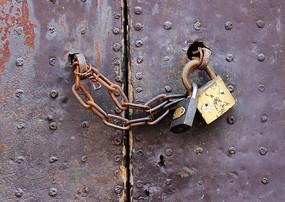 挂有铁锁和铁链的废弃大门