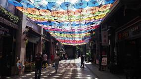 时光贵州古镇入口的景观伞