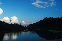 夕阳下的湖水