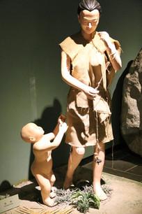 半坡女子与小孩蜡像