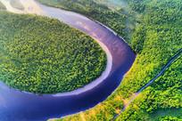 绿色林海河流 (航拍)