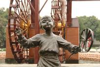 可爱小孩玩风车石雕