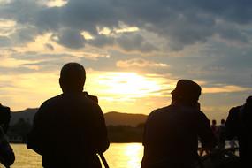 夕阳下的背影