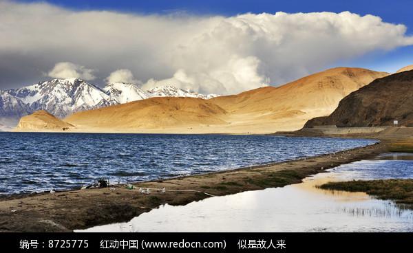 雪山与湖泊图片