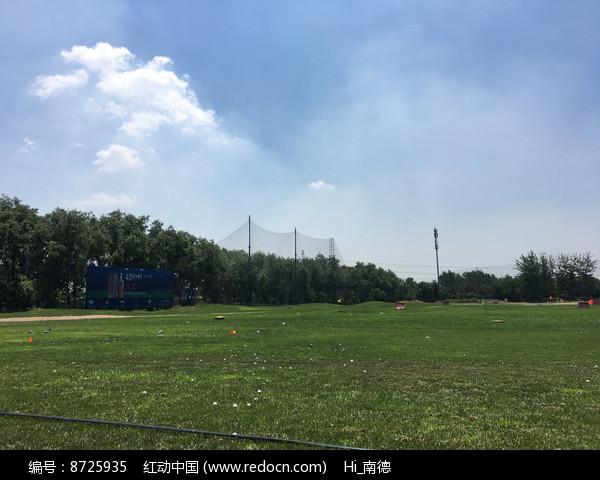 阳光下的高尔夫训练场图片