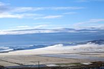 额尔古纳湿地白雪覆盖麦田
