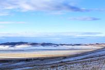 额尔古纳湿地白雪覆盖麦田山峦