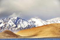 阳光明媚的雪山湖泊