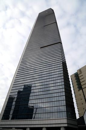直插云霄的现代高层大厦
