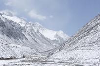 白雪茫茫的大山
