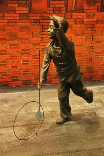 滚铁环的小男孩雕像