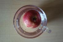 水杯中的苹果
