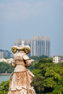 遥望现代城市的神仙雕塑