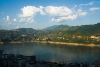 蓝天下的巫山大宁湖