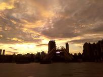 霞光满天的贵阳筑城广场