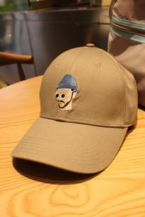桌子上的帽子