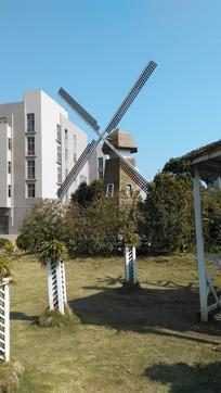 草坪上的风车
