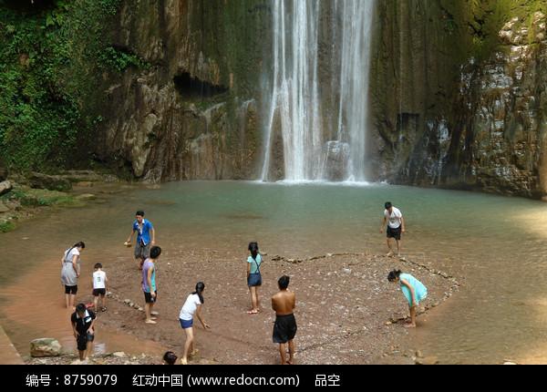 石柱沟瀑布前戏水的年青人图片