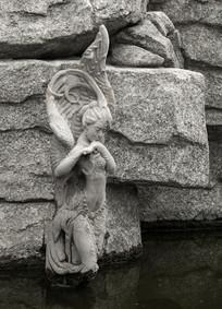 水塘天使雕塑
