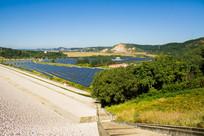 太阳能发电厂与远山