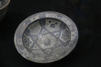罗马尼亚陶瓷手绘三角暗纹盘