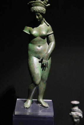 罗马尼亚头顶花篮女神铜塑
