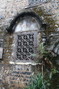 民国风情建筑拱形窗框与木窗