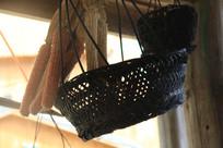 逆光拍摄干玉米与竹篮