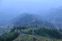 掩映在云雾下的青山与缆车