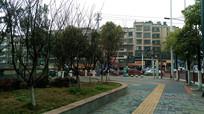 清镇城市绿化与整洁的人行道