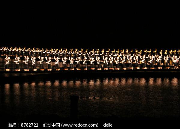 散发着金色光芒的壮族舞者图片