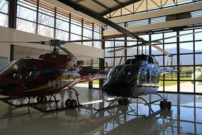 两架贝尔206观光直升机