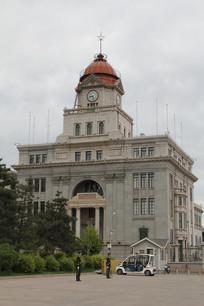 带钟楼的老建筑