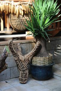 傣族村寨的木刻牛头装饰品