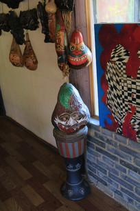 非洲鼓上的葫芦老虎面具
